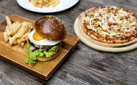 햄버거 튀김 피자 음식 식사 짭짤한 스톡 콘텐츠 - 76255751
