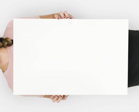 Vrouw met blanco papier schieten