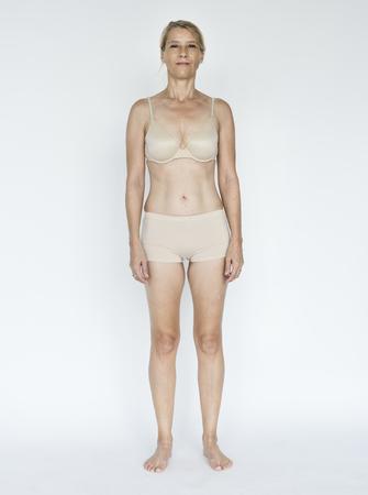 Alter Erwachsener Frau lächelnd Glück Lingerie Studio Portrait Standard-Bild - 76308861