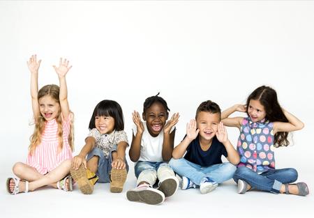행복한 아이들이 함께 즐기는 아이들의 그룹 스톡 콘텐츠
