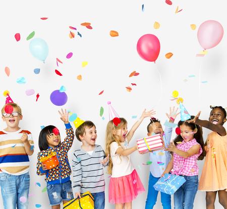 Gruppe von Kindern feiern Geburtstagsfeier zusammen Standard-Bild