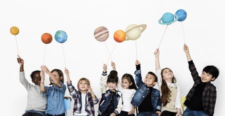 격리 된 배경에 행성을 들고 아이의 다양 한 그룹 스톡 콘텐츠