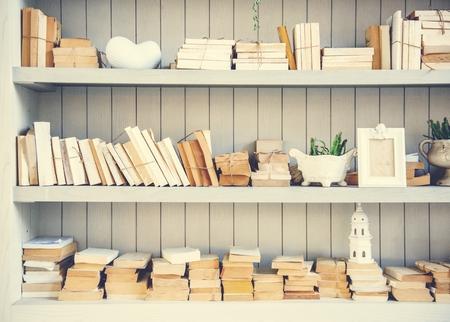 本のカバーのない本のスタック棚