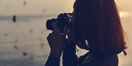 カメラの放浪癖とスナップ写真を撮る女性