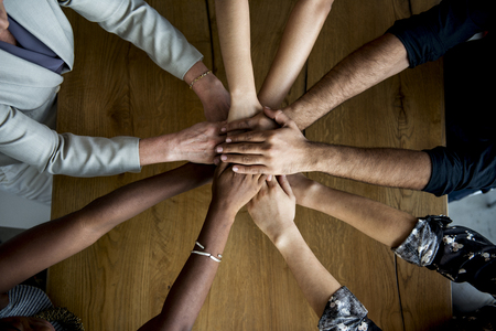 Menselijke handen samen bij elkaar te houden