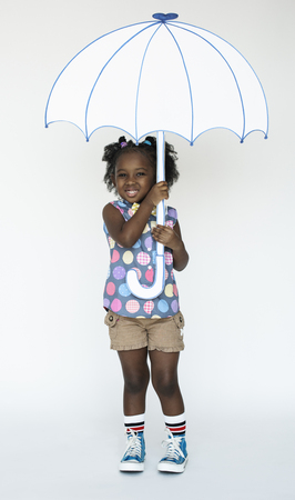 ペーパー クラフト アート傘スタジオ肖像画を保持している少女