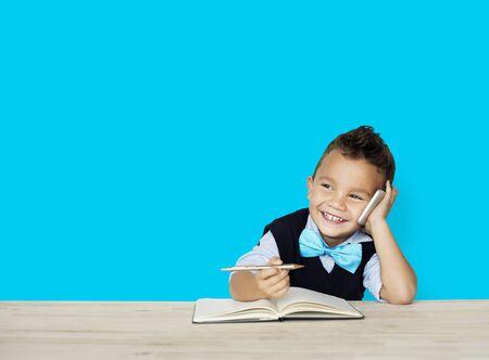 niños actuando: Pequeños niños que presentan al trabajador adulto