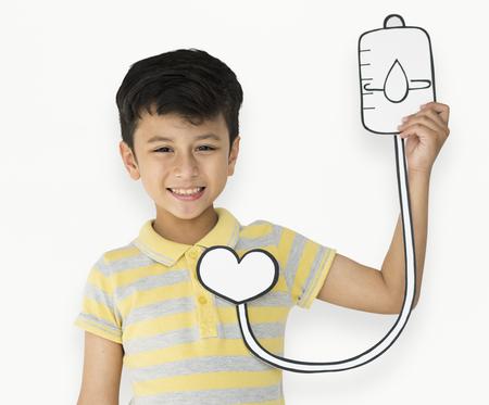 혈액 가방 수혈 종이를 들고하는 어린 소년