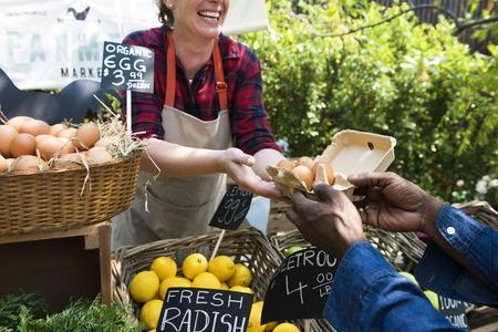 Végétarien vendant du produit agricole frais biologique au marché des agriculteurs Banque d'images - 76706487
