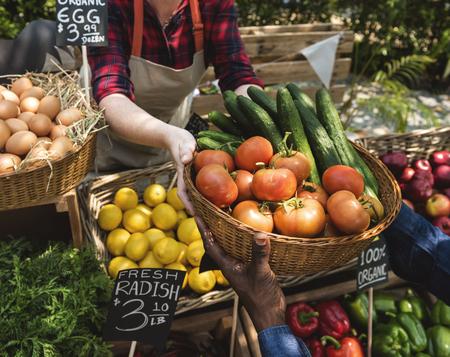 Végétarien vendant du produit agricole frais biologique au marché des agriculteurs Banque d'images - 76706755