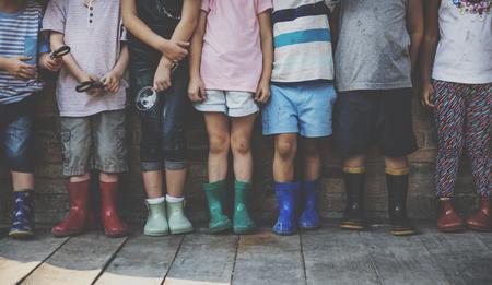 탐구에 대 한 돋보기를 들고 유치원 아이들 그룹의 그룹