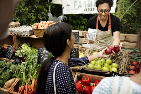 Végétarien vendant du produit agricole frais biologique au marché des agriculteurs Banque d'images - 76708471