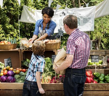 Végétarien vendant du produit agricole frais biologique au marché des agriculteurs Banque d'images - 76710682