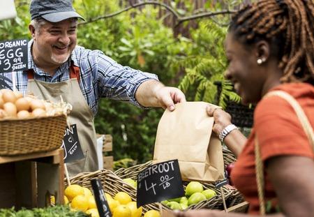 Végétarien vendant du produit agricole frais biologique au marché des agriculteurs Banque d'images - 76711746