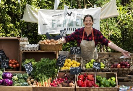 농부 시장에서 유기 신선한 농산물을 판매하는 청과물 스톡 콘텐츠