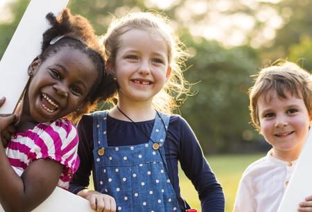 유치원 아이들의 그룹 놀이터 재미를 연주하고 웃고 친구 스톡 콘텐츠