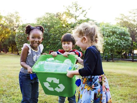 Environnement de charité bénévole pour groupes d'enfants Banque d'images - 76712843