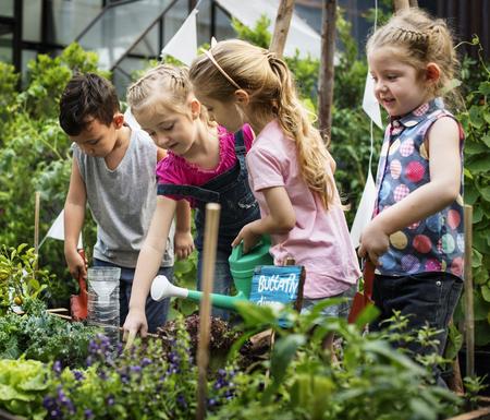 Gruppo di bambini diverso Ambiente di apprendimento in fattoria