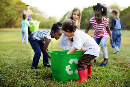 Grupo de crianças da escola ambiente de caridade voluntária