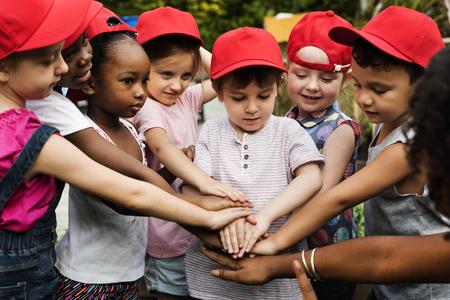 빨간 모자 학생의 그룹은 행복입니다