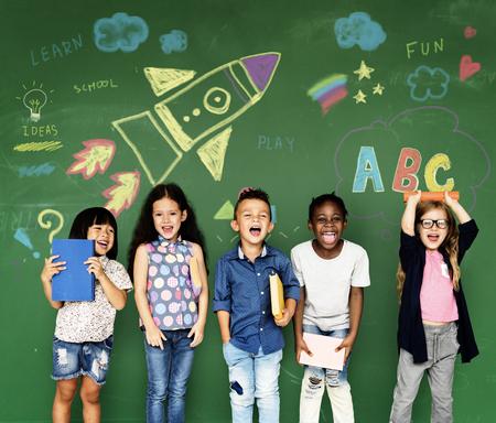 キュートで愛らしい子供教育の幸せグループ 写真素材