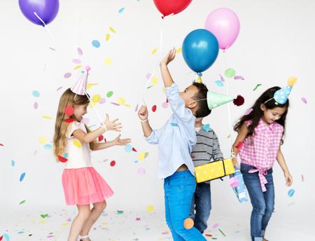 Gelukgroep leuke en schattige kinderen die partij hebben Stockfoto