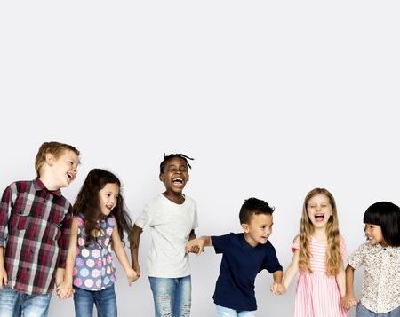 Groep kinderen plezier samen genieten van geluk Stockfoto