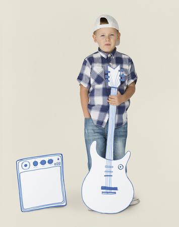 分離されたギターと小さな金髪の白人少年の肖像画 写真素材