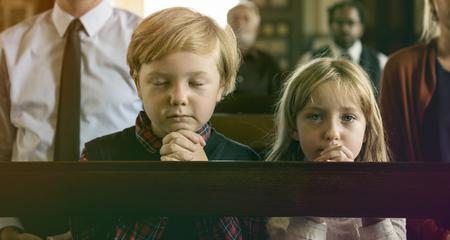 子供祈る教会宗教を信じてください。