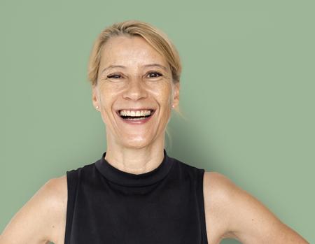 Blanc femme blonde sourire heureux shirt noir Portrait Studio Banque d'images - 76993519