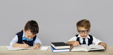 작은 어린이 작업 성인 포즈 스톡 콘텐츠