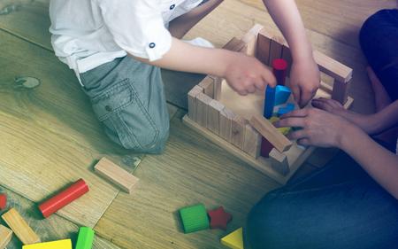 Foto-Steigungsart mit den kleinen Kindern, die Toy Blocks spielen Standard-Bild - 77173833