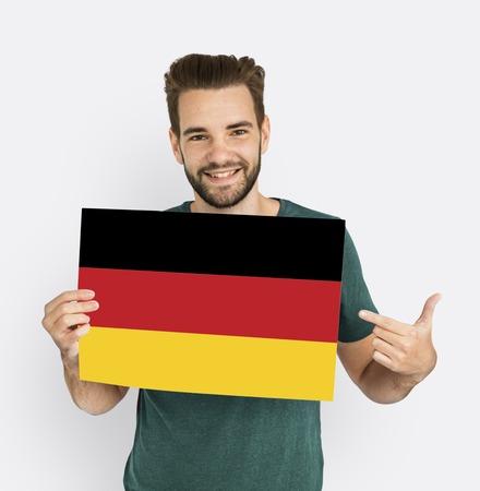 男の手がドイツ ドイツ国旗愛国心を保持します。