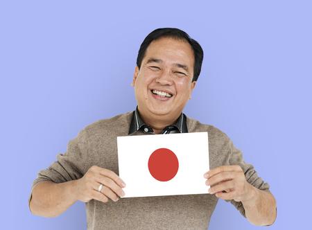Le mani dell'uomo tengono il patriottismo giapponese del Giappone