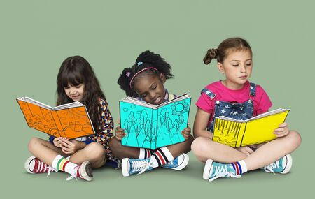 本教育一体スタジオ ポートレートを読んで子供のガール フレンド