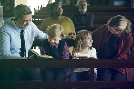 Family Sitting Church Believe Religion Imagens - 77253501