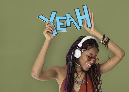 아프리카 하강 여성 예 헤드폰 스톡 콘텐츠