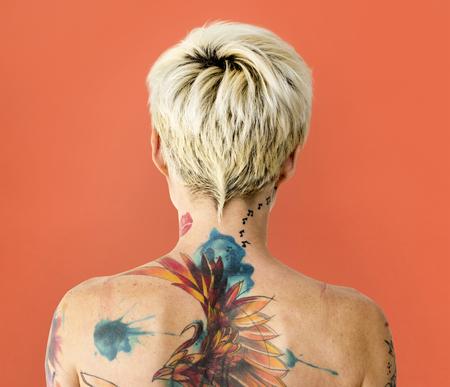 Rückansicht einer Frau mit Tattoo auf dem Rücken