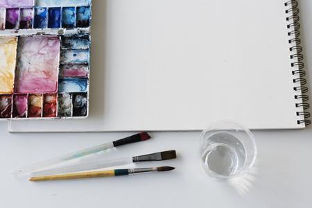 白いテーブル ブラシ塗装パレット ・ スケッチ ブック ・紙 写真素材
