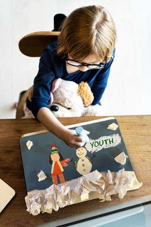 geeky: Children having fun with snowman artwork