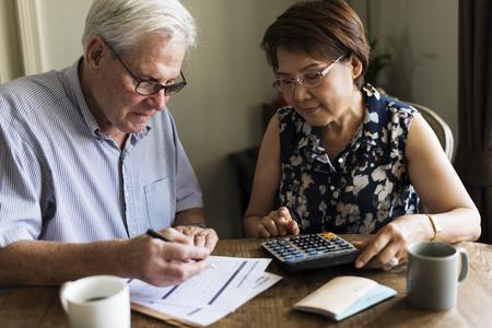 Senior paar dagelijkse levensstijl papieren formulier Stockfoto