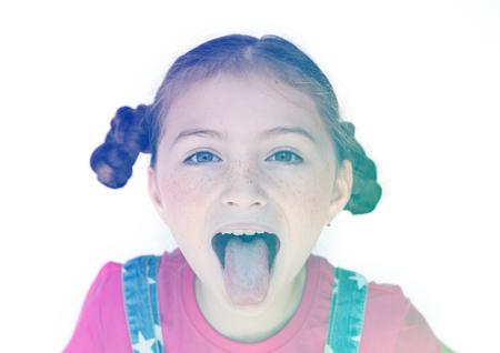 작은 소녀 미소와 혀 튀어 나와 스톡 콘텐츠