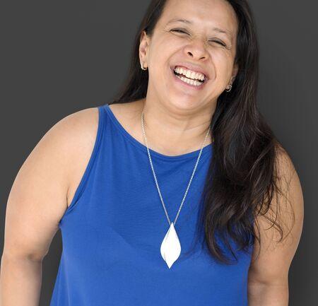 Zwart haar Vrouw Gelukkig lachend Studio portret Stockfoto