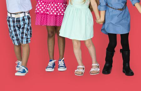 niños vistiendose: Niños que viste el traje de la pierna
