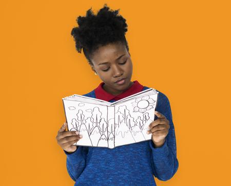 女の子が本を読んで注意を払う 写真素材