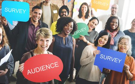 Grupo de personas con audiencia y concepto de encuesta.