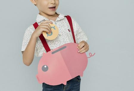 Ein Junge , der Geld Hintergrund Studio Portrait Standard-Bild - 78176984