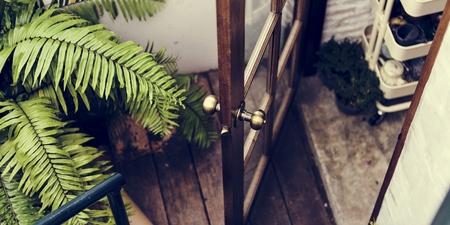 Open deur met uitzicht op de tuin