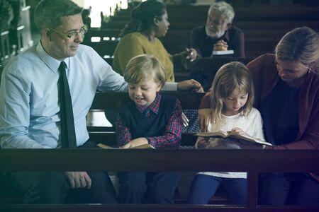 Family Sitting Church Believe Religion Imagens - 78226766