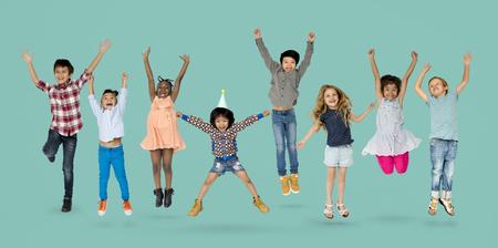 Diverse groep kinderen springen en plezier hebben